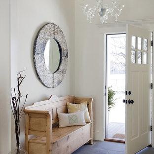 Diseño de entrada marinera con paredes blancas, puerta simple, puerta blanca y suelo gris