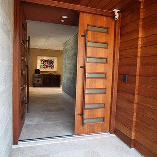 Diseño de hall marinero, extra grande, con paredes grises, suelo de baldosas de cerámica, puerta doble y puerta marrón