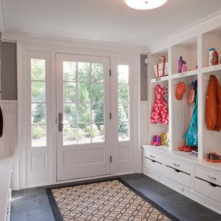 Свежая идея для дизайна: большой тамбур в классическом стиле с серыми стенами, полом из сланца, одностворчатой входной дверью и белой входной дверью - отличное фото интерьера