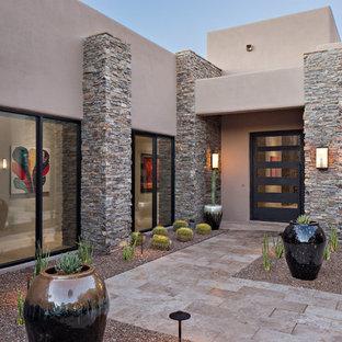 Idéer för att renovera en funkis entré, med en grå dörr och grå väggar