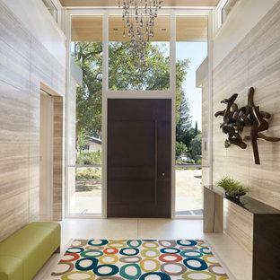 Exemple d'une porte d'entrée tendance de taille moyenne avec un mur multicolore, une porte pivot et une porte métallisée.