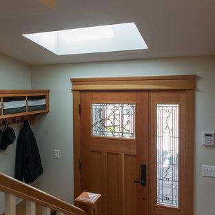 Idee per un ingresso stile americano con pareti beige, una porta singola, una porta in legno chiaro, parquet chiaro e pavimento beige