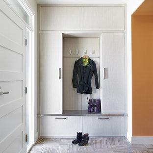 Foto di un ingresso con anticamera design