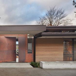 Moderne Haustür mit Drehtür und Metalltür in Seattle