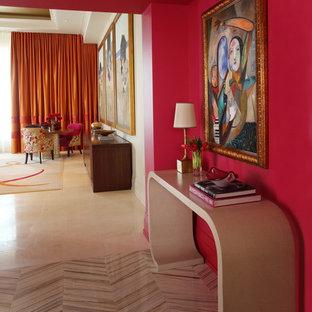 Inredning av en modern hall, med rosa väggar och beiget golv