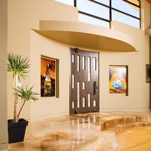 На фото: прихожая в современном стиле с бежевыми стенами и входной дверью из темного дерева с