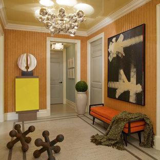 Ispirazione per un ingresso con vestibolo design con pareti arancioni