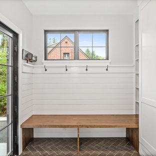 Idéer för ett mellanstort lantligt kapprum, med vita väggar, klinkergolv i keramik, en enkeldörr, en svart dörr och brunt golv