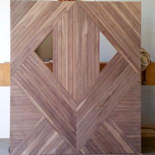 オレンジカウンティの大きい回転式ドアコンテンポラリースタイルのおしゃれな玄関ドア (淡色木目調のドア) の写真