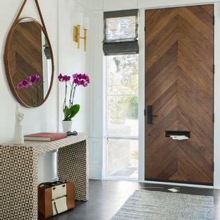 Idee per un corridoio classico con pareti bianche, una porta singola, una porta in legno scuro e pavimento nero