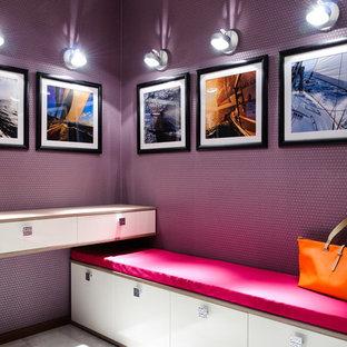 Foto de vestíbulo posterior contemporáneo con paredes púrpuras
