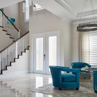 マイアミの広い両開きドアビーチスタイルのおしゃれな玄関ロビー (白い壁、トラバーチンの床、ガラスドア、白い床) の写真