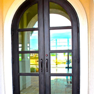 Foto di una grande porta d'ingresso design con una porta a due ante e una porta in metallo