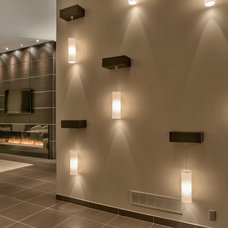 Contemporary Entry by Arjay Builders Inc.