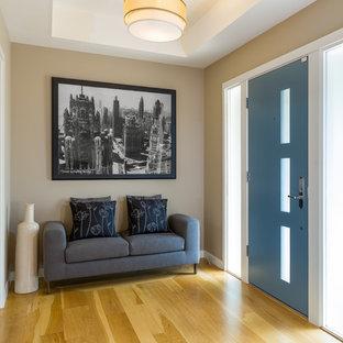 サンフランシスコの中サイズの片開きドアミッドセンチュリースタイルのおしゃれな玄関ホール (ベージュの壁、淡色無垢フローリング、青いドア) の写真