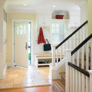 Exemple d'une entrée victorienne avec un vestiaire et un sol en travertin.
