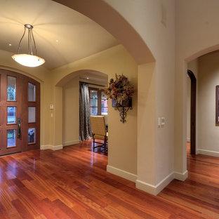 Inspiration för en medelhavsstil foajé, med grå väggar, mellanmörkt trägolv, en enkeldörr, glasdörr och orange golv