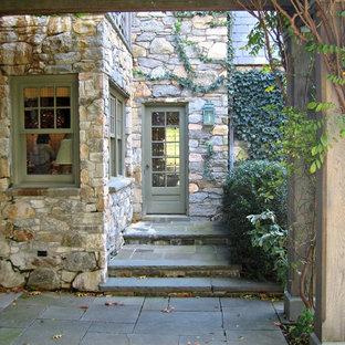 Idéer för en mycket stor lantlig ingång och ytterdörr, med gröna väggar, en dubbeldörr och mellanmörk trädörr