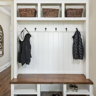 Свежая идея для дизайна: большой тамбур в классическом стиле с бежевыми стенами, темным паркетным полом и коричневым полом - отличное фото интерьера
