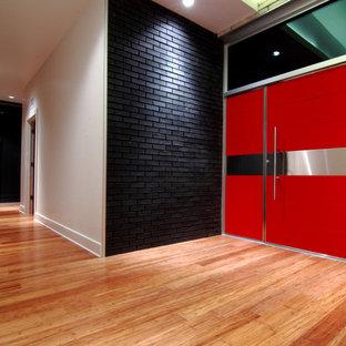 Idéer för stora funkis ingångspartier, med bambugolv, vita väggar, en enkeldörr, en röd dörr och brunt golv