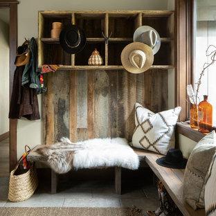 Inspiration för ett rustikt kapprum, med grå väggar och grått golv