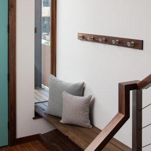Пример оригинального дизайна: фойе среднего размера в стиле модернизм с белыми стенами, полом из бамбука и одностворчатой входной дверью