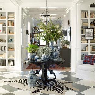 Выдающиеся фото от архитекторов и дизайнеров интерьера: прихожая в морском стиле с серыми стенами, деревянным полом и разноцветным полом