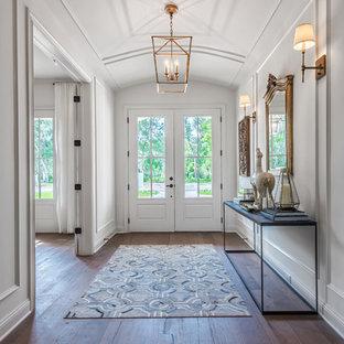 Идея дизайна: фойе в стиле современная классика с белыми стенами, темным паркетным полом, двустворчатой входной дверью и белой входной дверью