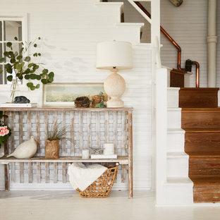 Modelo de distribuidor romántico, pequeño, con paredes blancas, suelo de madera pintada, puerta simple y suelo blanco
