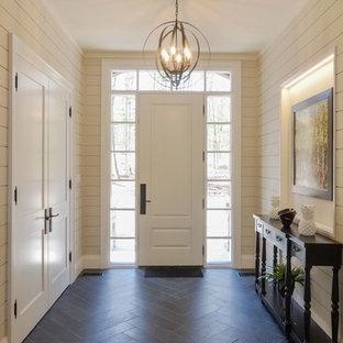 他の地域の大きい片開きドアビーチスタイルのおしゃれな玄関ドア (白い壁、白いドア、青い床) の写真