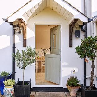 ハンプシャーのダッチドアカントリー風おしゃれな玄関 (グレーのドア) の写真