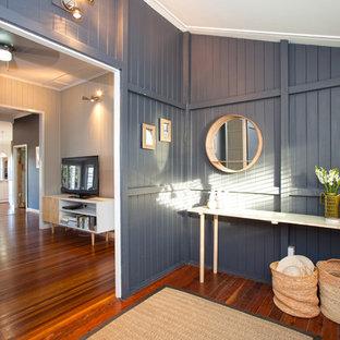 Imagen de puerta principal panelado, tradicional, pequeña, con paredes grises, suelo de madera en tonos medios, puerta simple, puerta de madera en tonos medios y panelado
