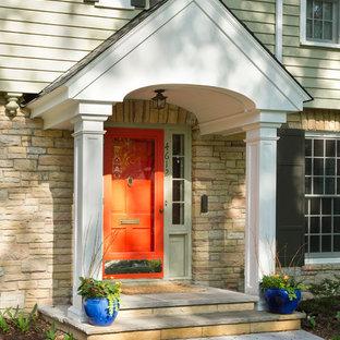 Источник вдохновения для домашнего уюта: входная дверь в классическом стиле с оранжевой входной дверью
