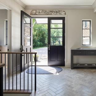 Diseño de distribuidor machihembrado, campestre, machihembrado, con paredes blancas, suelo de madera en tonos medios y machihembrado