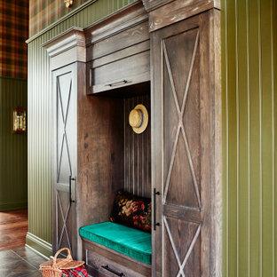 Réalisation d'un grand hall d'entrée champêtre avec un mur vert, un sol en carrelage de céramique, une porte double, une porte en bois foncé, un sol marron, un plafond à caissons et du papier peint.