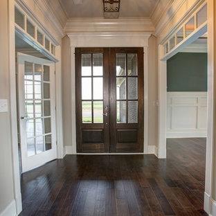 Esempio di una porta d'ingresso american style di medie dimensioni con pareti grigie, parquet scuro, una porta a due ante e una porta in legno scuro