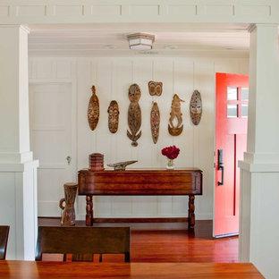 Idee per un corridoio classico di medie dimensioni con una porta singola, una porta rossa, pareti bianche, parquet scuro e pavimento marrone