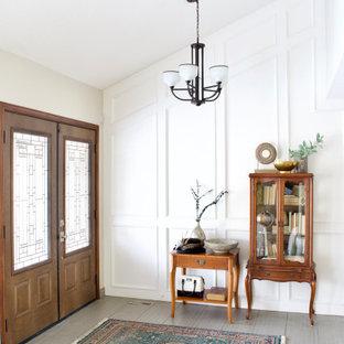 Idée de décoration pour un hall d'entrée tradition avec un mur blanc, une porte double, une porte blanche, un sol gris, un plafond voûté et du lambris.