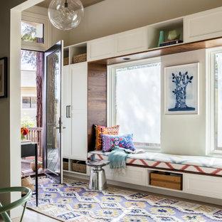Imagen de hall madera, contemporáneo, con paredes beige, suelo de madera clara, puerta simple, puerta de vidrio y suelo beige
