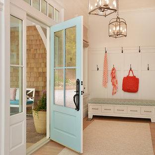 Ejemplo de vestíbulo posterior costero con paredes blancas, suelo de madera clara, puerta simple y puerta azul