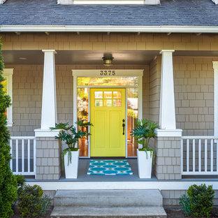 Ejemplo de puerta principal clásica renovada, de tamaño medio, con puerta simple y puerta amarilla