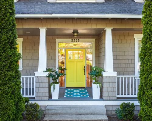Entr e classique avec une porte jaune photos et id es for Classique ideas interior designs inc