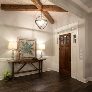 Großer Uriger Eingang mit Foyer, grauer Wandfarbe, braunem Holzboden und Einzeltür in Austin