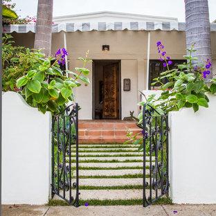 Diseño de puerta principal mediterránea con puerta simple y puerta de madera oscura