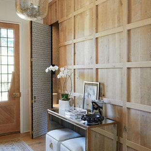 Foto di un ingresso o corridoio stile marinaro con parquet chiaro, una porta singola e una porta in legno chiaro