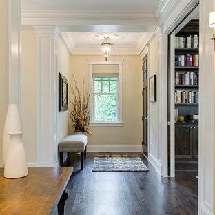 Foto på en vintage hall, med beige väggar, mörkt trägolv, en enkeldörr och en brun dörr