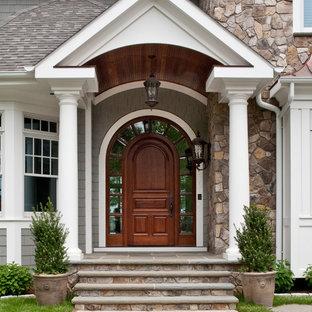Réalisation d'une porte d'entrée tradition avec une porte simple et une porte en bois foncé.