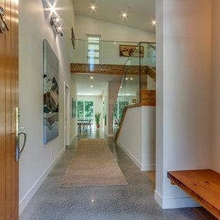 Неиссякаемый источник вдохновения для домашнего уюта: большая входная дверь в современном стиле с бежевыми стенами, полом из линолеума, одностворчатой входной дверью и входной дверью из дерева среднего тона