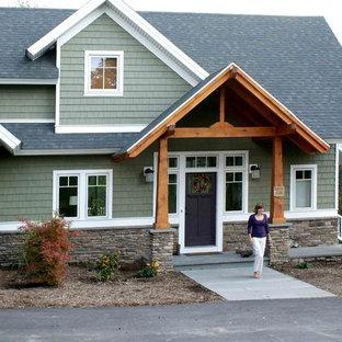 Modelo de puerta principal costera, de tamaño medio, con suelo de pizarra, puerta simple y puerta violeta