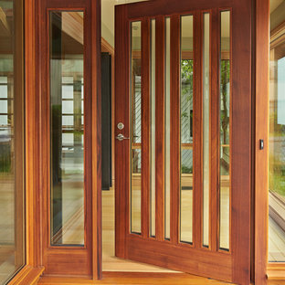 Foto de puerta principal actual con suelo de madera clara, puerta simple y puerta de madera en tonos medios